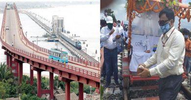 86 वर्ष बाद कोसी नदी के उपर से गुजरी ट्रेन, अधिकारियों पर लोगों ने बरसाए फूल