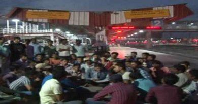 रेलवे स्टेशन की रोशनी में पढ़ाई करते हैं बिहारी गरीब छात्र, IAS-IPS बन लहरा रहे हैं परचम