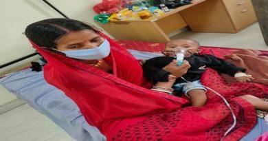 5 माह के बच्चे को हुआ कोरोना, जान की परवाह किए बिना सेवा कर रही हैं मां, तस्वरी देख रो पड़े लोग